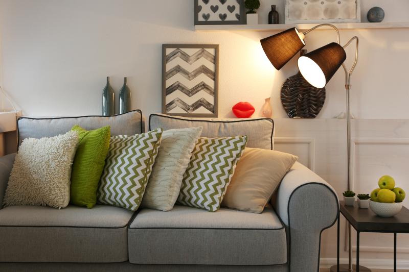 Αποφεύγετε να βάζετε πολλά μαξιλάρια στους καναπέδες σας