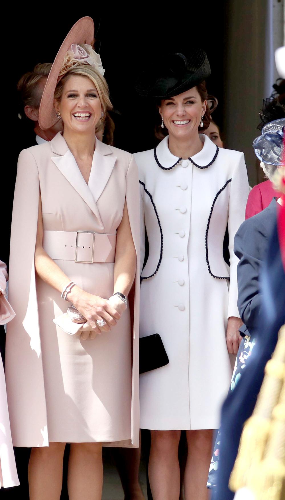 Η βασίλισσα Μαξίμα ήταν σικάτη με το φόρεμα - παλτό με τα ενσωματωμένα μανίκια κάπες