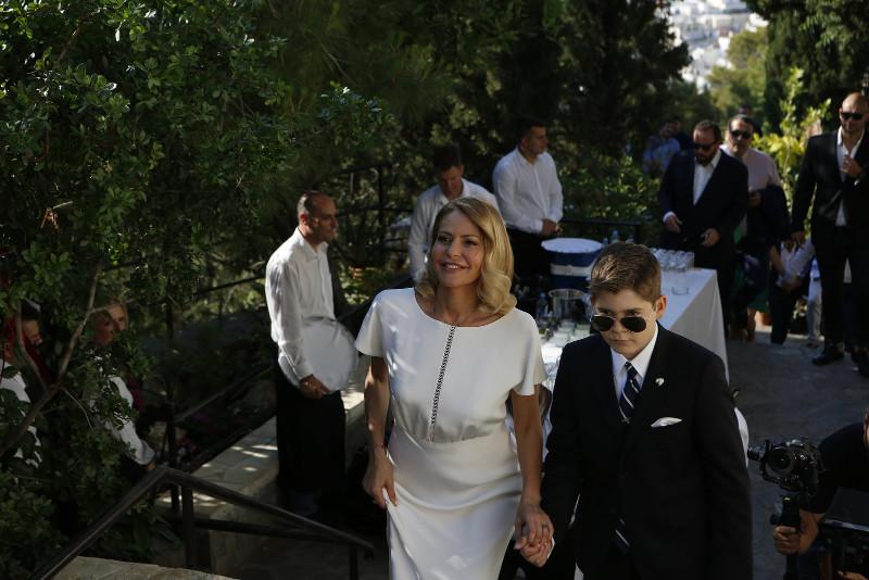 Η Τζένη Μπαλατσινού φτάνει στην εκκλησία μαζί με το γιο της, Μάξιμο / Φωτογραφία: jenny.gr