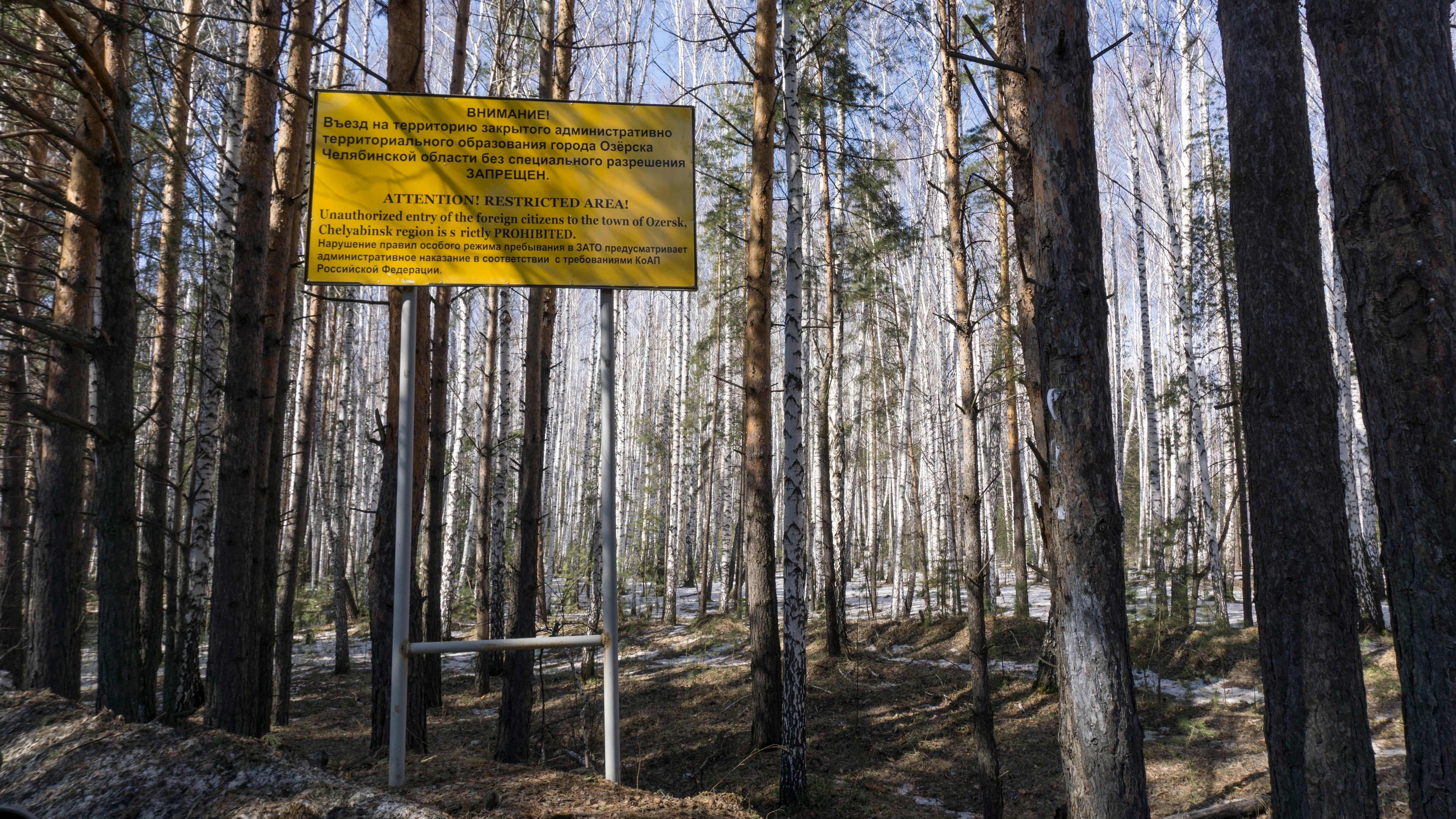 Πινακίδα προειδοποιεί για την απαγόρευση πρόσβασης στην πόλη Οζέρσκ, κοντά στις πυρηνικές εγκαταστάσεις Mayak, όπου είχε συμβεί μεγάλο ατύχημα το 1957.