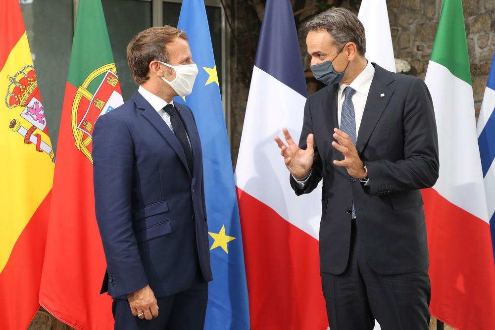 Ο Γάλλος πρόεδρος Εμανουέλ Μακρόν υποδέχεται τον Έλληνα πρωθυπουργό στην Κορσική