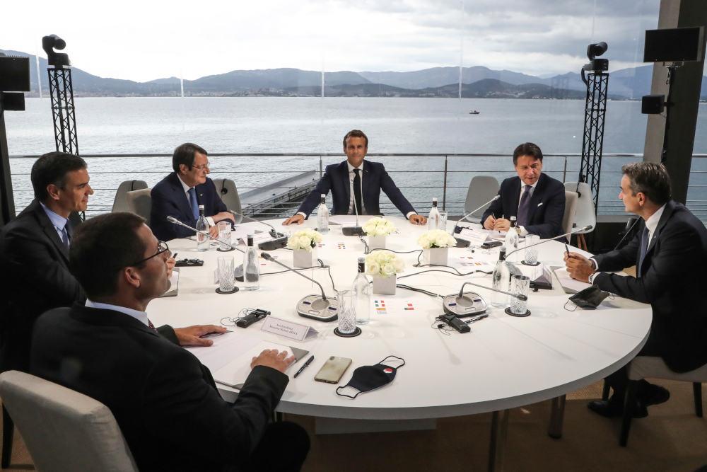Οι ηγέτες των Med7 γύρω από το τραπέζι στην Κορσική κατά τη σύνοδο των χωρών της Μεσογείου με οικοδεσπότη τον Εμανουέλ Μακρόν