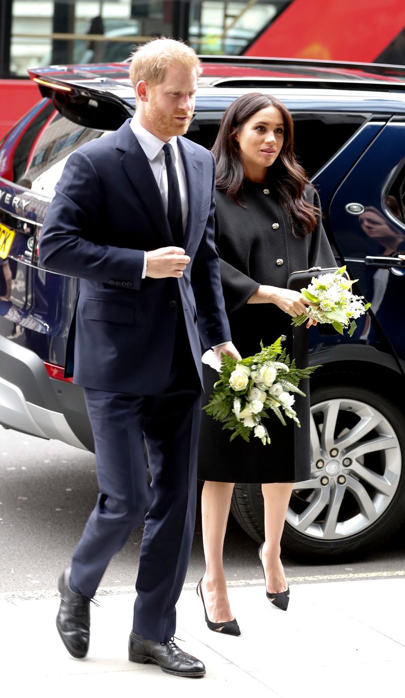 Ο πρίγκιπας Χάρι και η Μέγκαν Μαρκλ με λουλούδια στα χέρια.