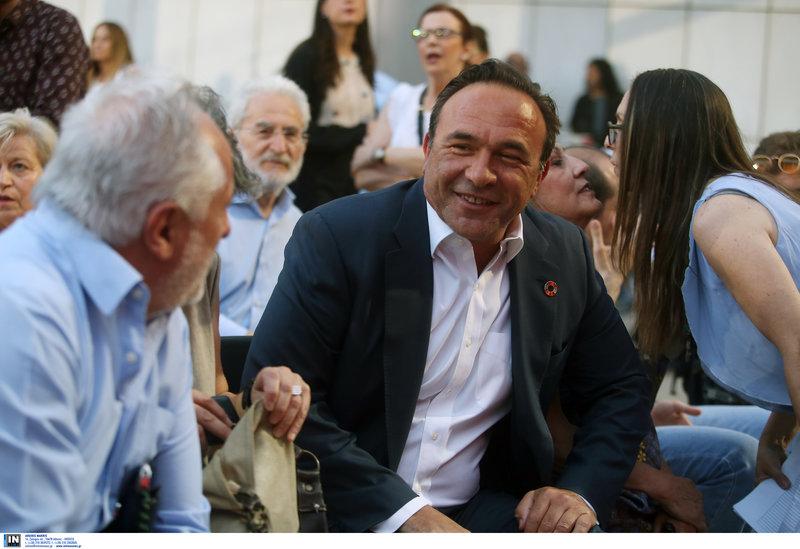 Χαμογελαστός ο Πέτρος Κόκκαλης που εξελέγη ευρωβουλευτής με τον ΣΥΡΙΖΑ