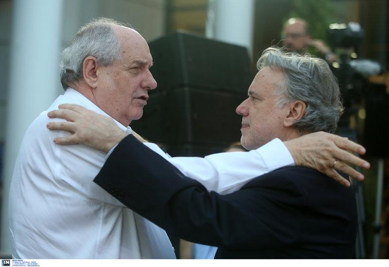 Τέρενς Κουίκ και Γιώργος Κατρούγκαλος αγκαλιάζονται σκεπτικοί
