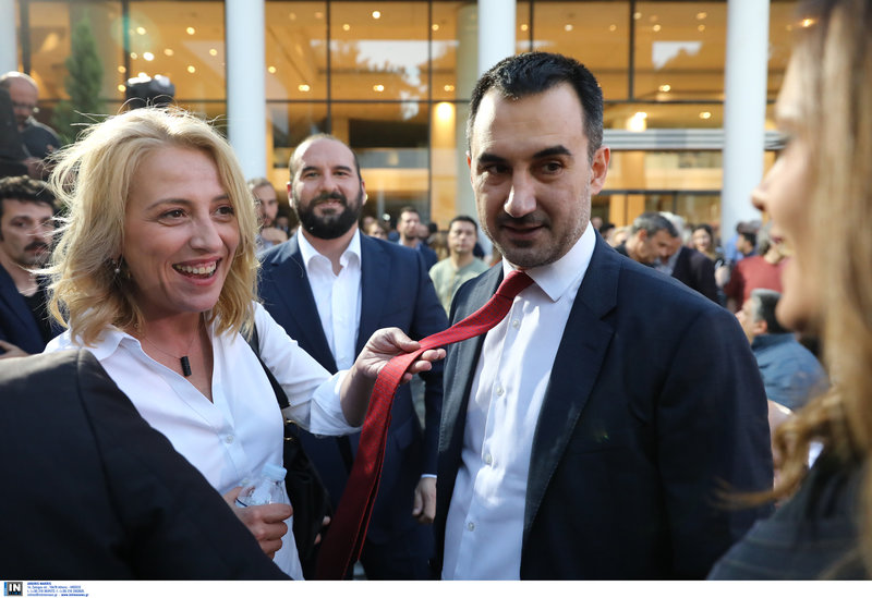 Η Ρένα Δούρου δείχνει στην Εφη Αχτσιόγλου την κόκκινη γραβάτα του Αλέξη Χαρίτση
