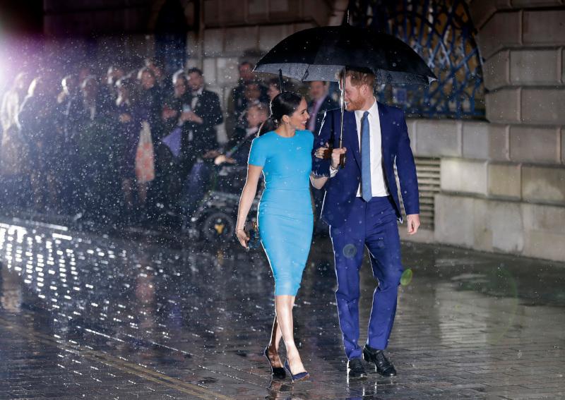 Μέγκαν Μαρκλ και πρίγκιπας Χάρι περπατούν μέσα στην βροχή