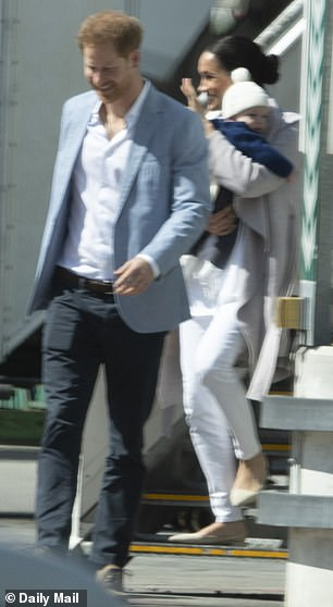 Πρίγκιπας Χάρι και Μέγκαν Μαρκλ με αγκαλιά τον Άρτσι, κατεβαίνουν από το αεροπλάνο της British Airways