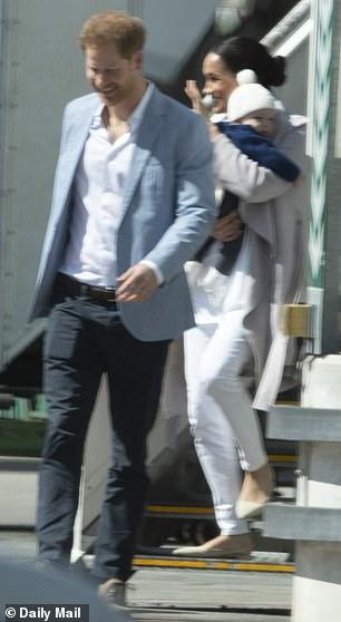 Το ζευγάρι αποβιβάστηκε από την πτήση της British Airways με τον μικρό Άρτσι στην αγκαλιά της Μέγκαν