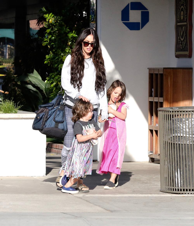 Η Μέγκαν Φοξ με τους δυο γιους της που φορούν φορέματα