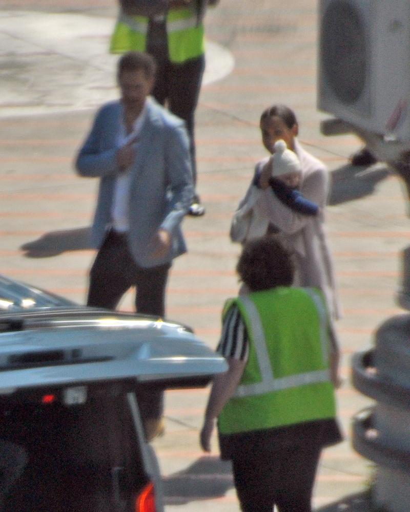 Πρίγκιπας Χάρι και Μέγκαν Μαρκλ με τον μικρό Άρτσι στην αγκαλιά στο αεροδρόμιο του Κέιπ Τάουν