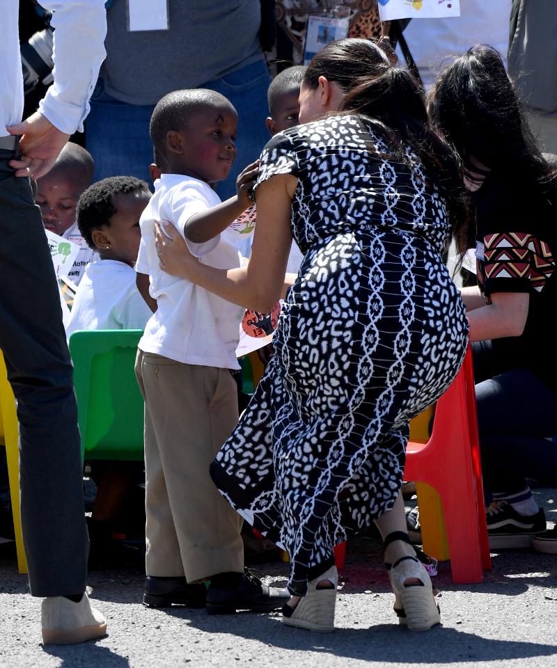 Η Μέγκαν Μαρκλ συνομιλεί με μικρά παιδιά