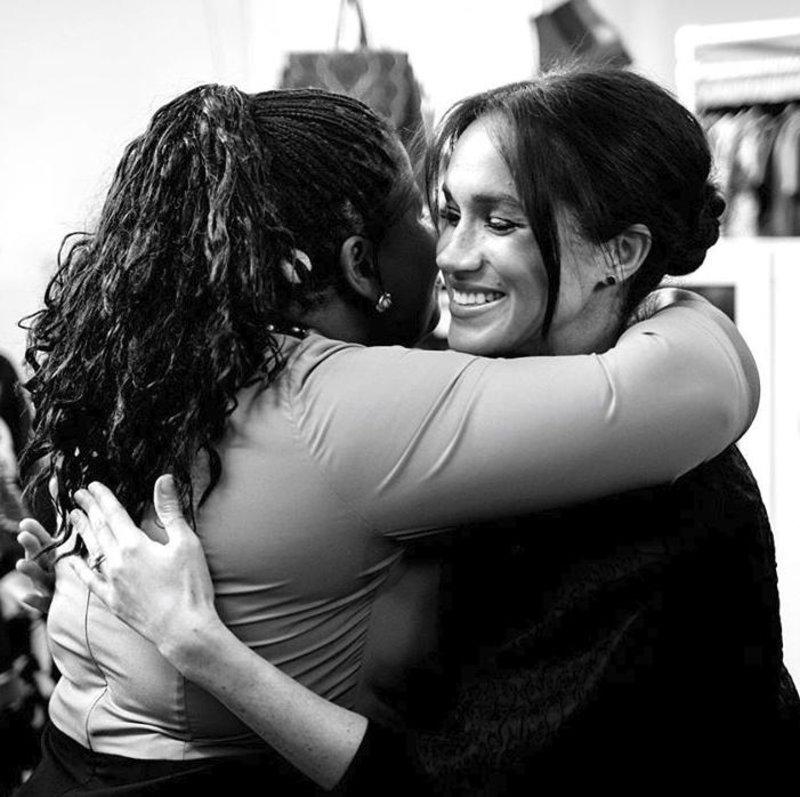 Η Μέγκαν Μαρκλ αγκαλιάζει μια γυναίκα