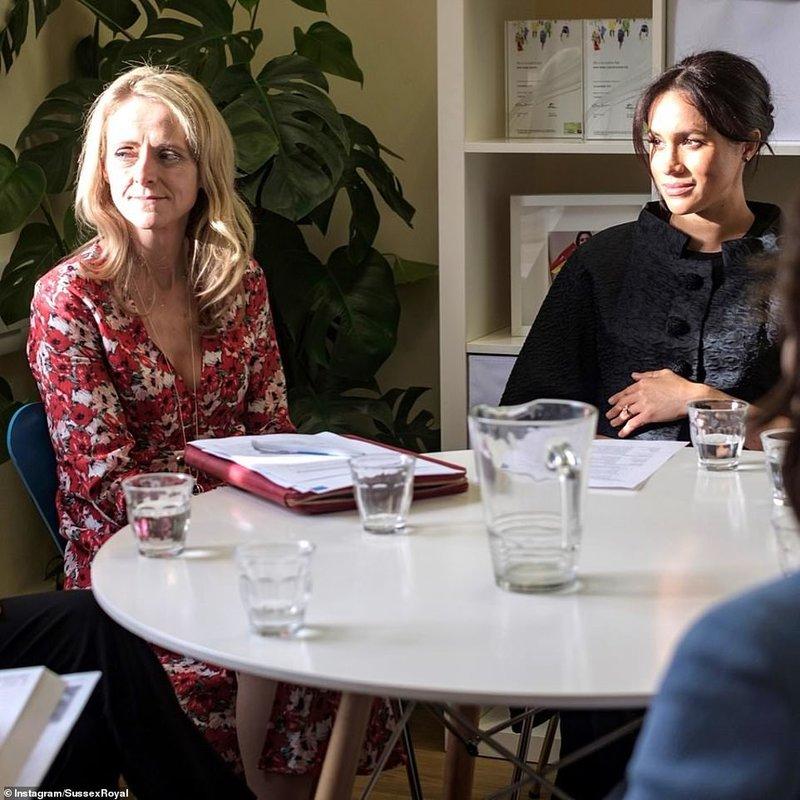 Η έγκυος Μέγκαν Μαρκλ κάθεται σε τραπέζι