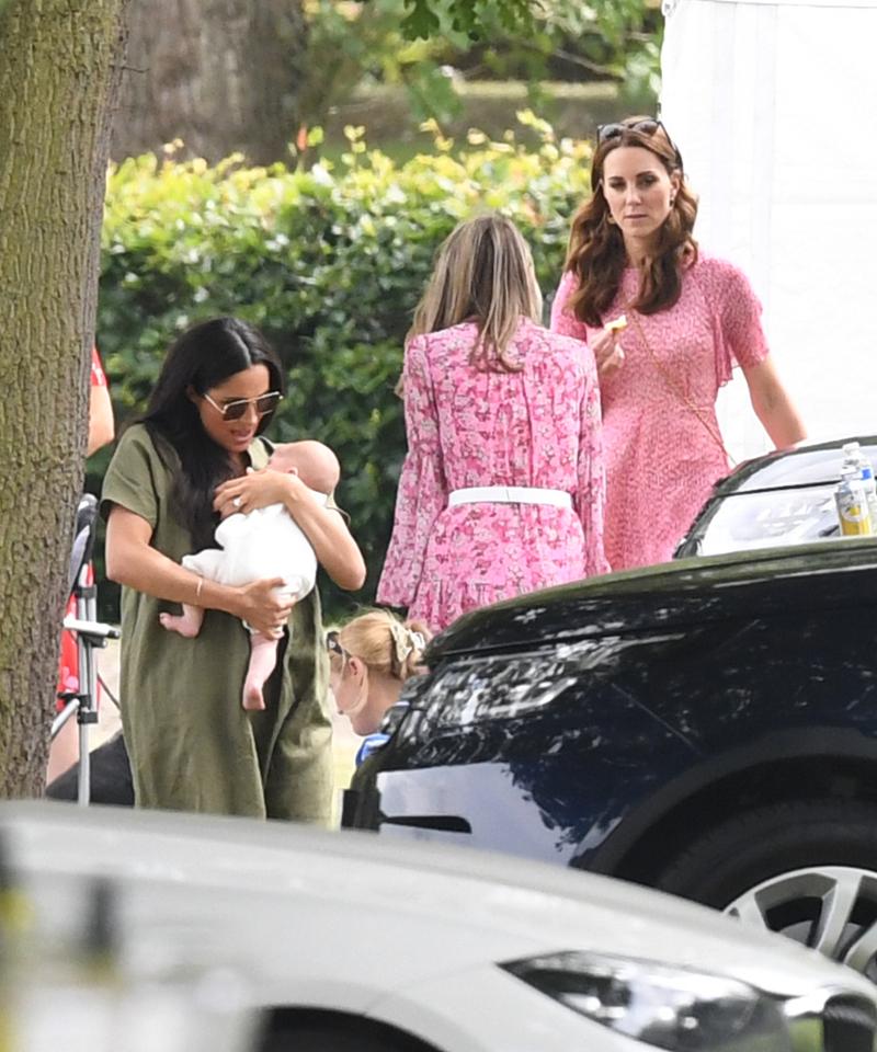 Η Μέγκαν Μαρκλ αγκαλιά με τον Αρτσι και η Κέιτ Μίντλέτον με ροζ φόρεμα