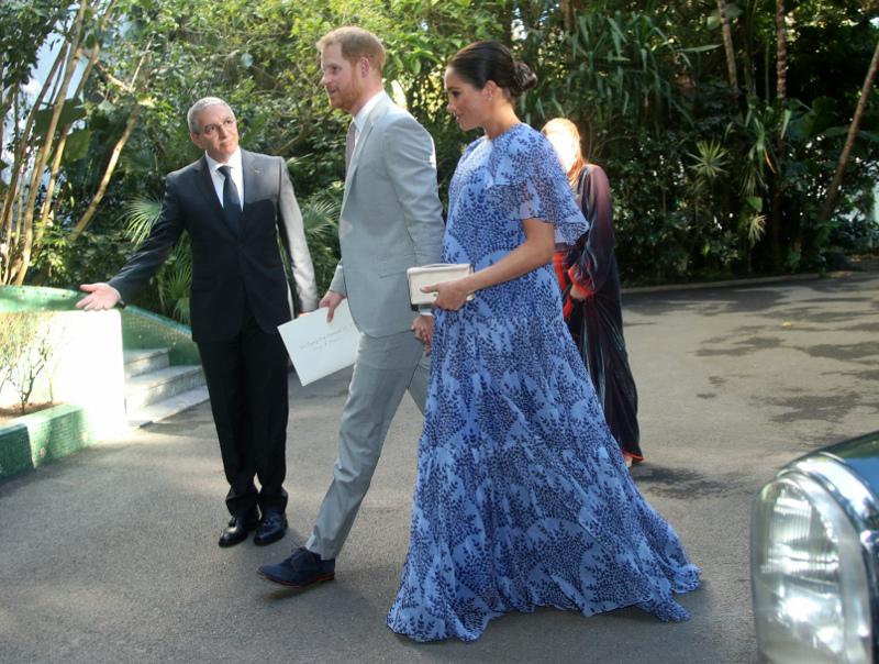 Μέγκαν Μαρκλ με γαλάζιο φόρεμα και πρίγκιπας Χάρι στο μαρόκο