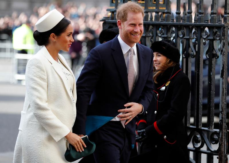 Μέγκαν Μαρκλ στα λευκά, πρίγκιπας Χάρι με κοστούμι