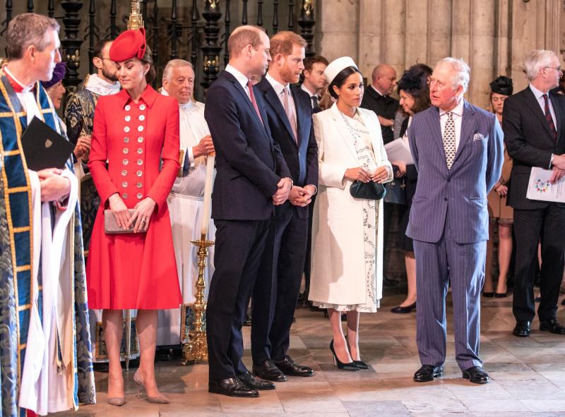 Πρίγκιπας Κάρολος μιλά με πρίγκιπα Χάρι, Μέγκαν Μαρκλ, Κέιτ Μίντλετον και Γουίλιαμ