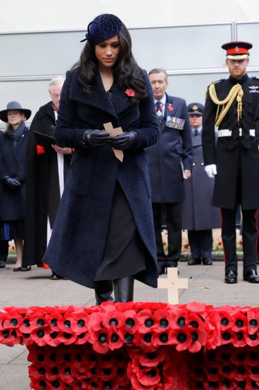 Η Μέγκαν Μαρκλ τοποθετεί σταυρούς στο μνημείο των πεσόντων