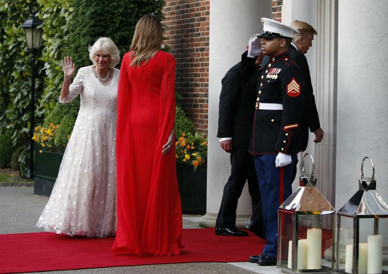 Καμίλα λευκό φόρεμα Μελάνια Τραμπ κόκκινο φόρεμα