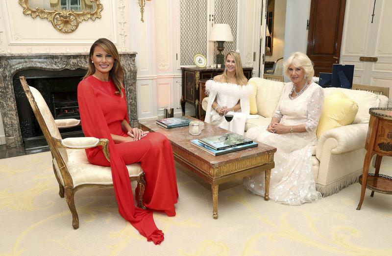 Μελάνια Τραμπ κόκκινο φόρεμα Καμίλα λευκό στο σαλόνι