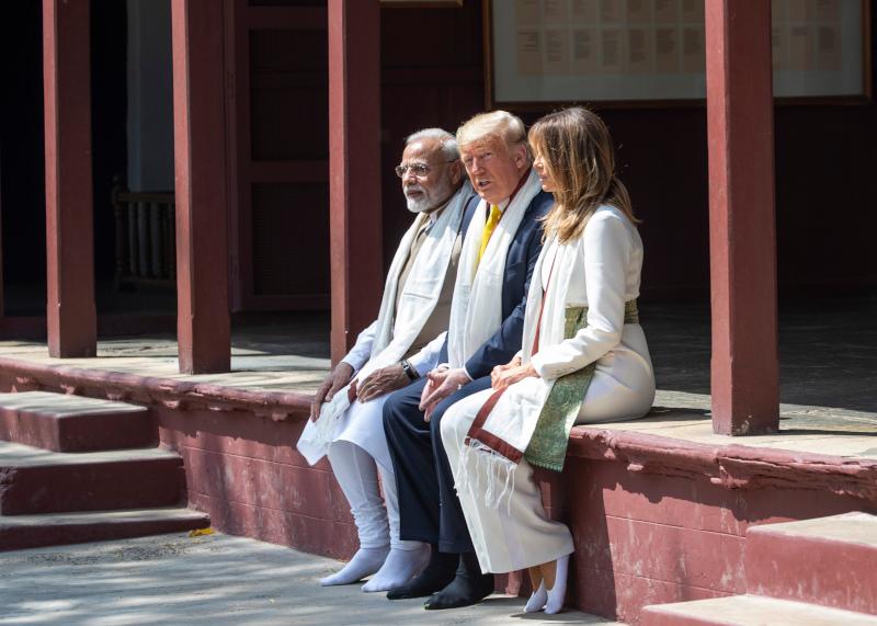 Η λευκή ολόσωμη φόρμα της Μελάνια Τραμπ έφερε μία ζώνη με χρυσοπράσινα χρώματα