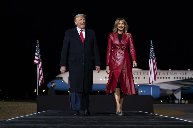 Η Μελάνια Τραμπ ήταν εντυπωσιακή με το κόκκινο δερμάτινο παλτό