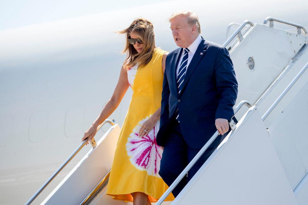 Με γυαλιά ηλίου και χωρίς να κρατά το χέρι του Αμερικανού προέδρου, η Μελάνια κατεβαίνει τις σκάλες του προεδρικού αεροσκάφους