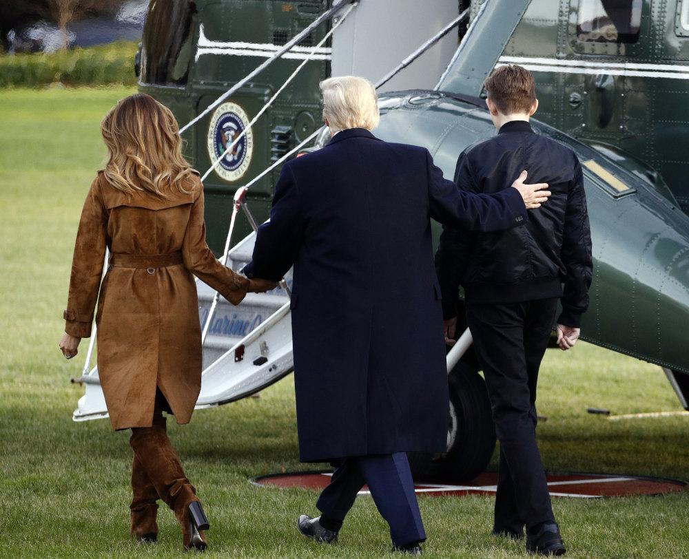 Η Μελάνια, ο Ντόναλντ και ο Μπάρον Τραμπ  επιβιβάζονται στο ελικόπτερο που θα τους μεταφέρει στο αεροδρόμιο