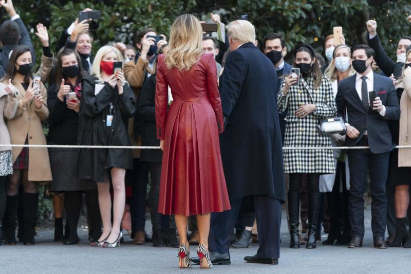 Η Πρώτη Κυρία επέλεξε για την εμφάνισή της ένα κόκκινο δερμάτινο παλτό Alexander McQueen και γόβες με animal print, Manolo Blahnik