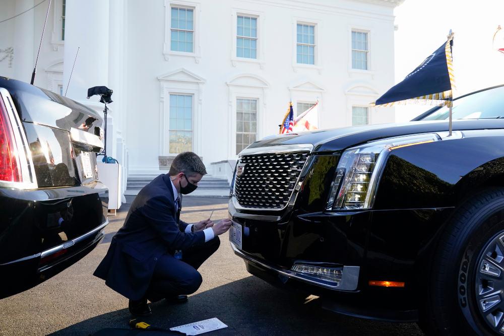 Άνδρας των υπηρεσιών ασφαλείας αλλάζει πινακίδα στο προεδρικό αυτοκίνητο του Τζο Μπάιντεν