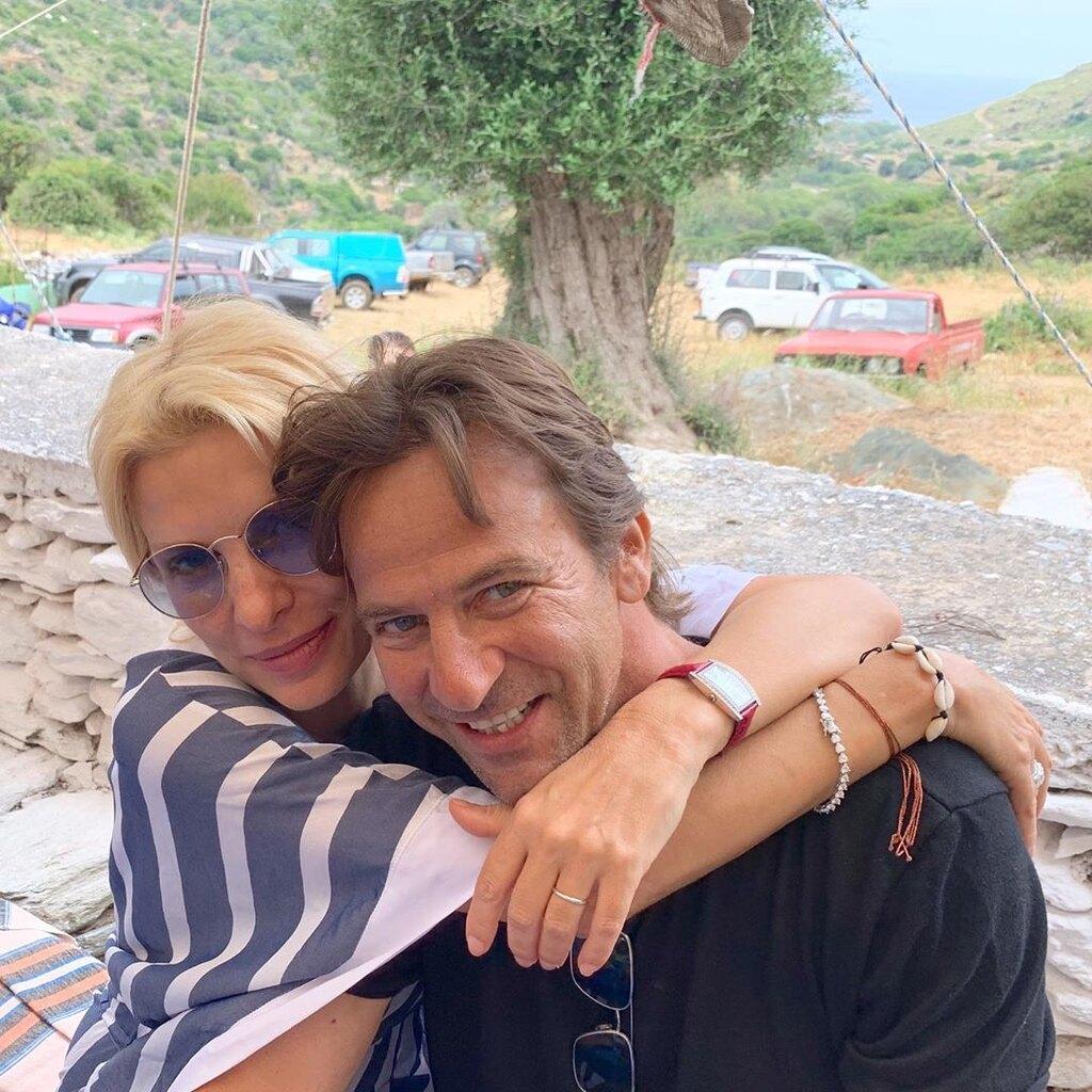 Ελένη Μενεγάκη αγκαλιά με Μάκη Παντζόπουλο