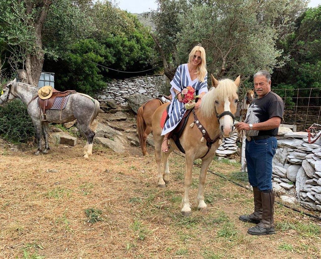 Ελένη Μενεγάκη στο άλογο