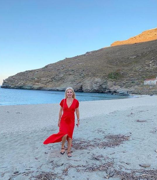 Η Ελένη Μενεγάκη με κόκκινο φόρεμα στην παραλία
