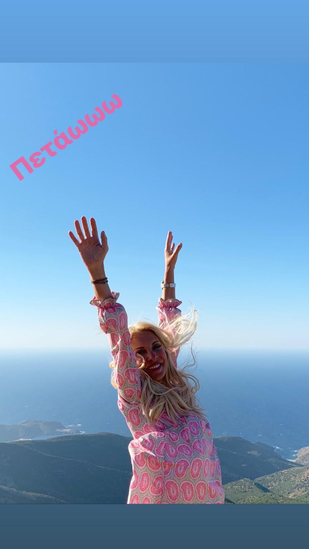 Η Ελένη Μενεγάκη χοροπηδάει από την χαρά της