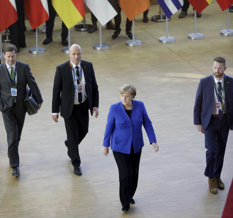 Η Μέρκελ με μπλε σακάκι στη Σύνοδο Κορυφής