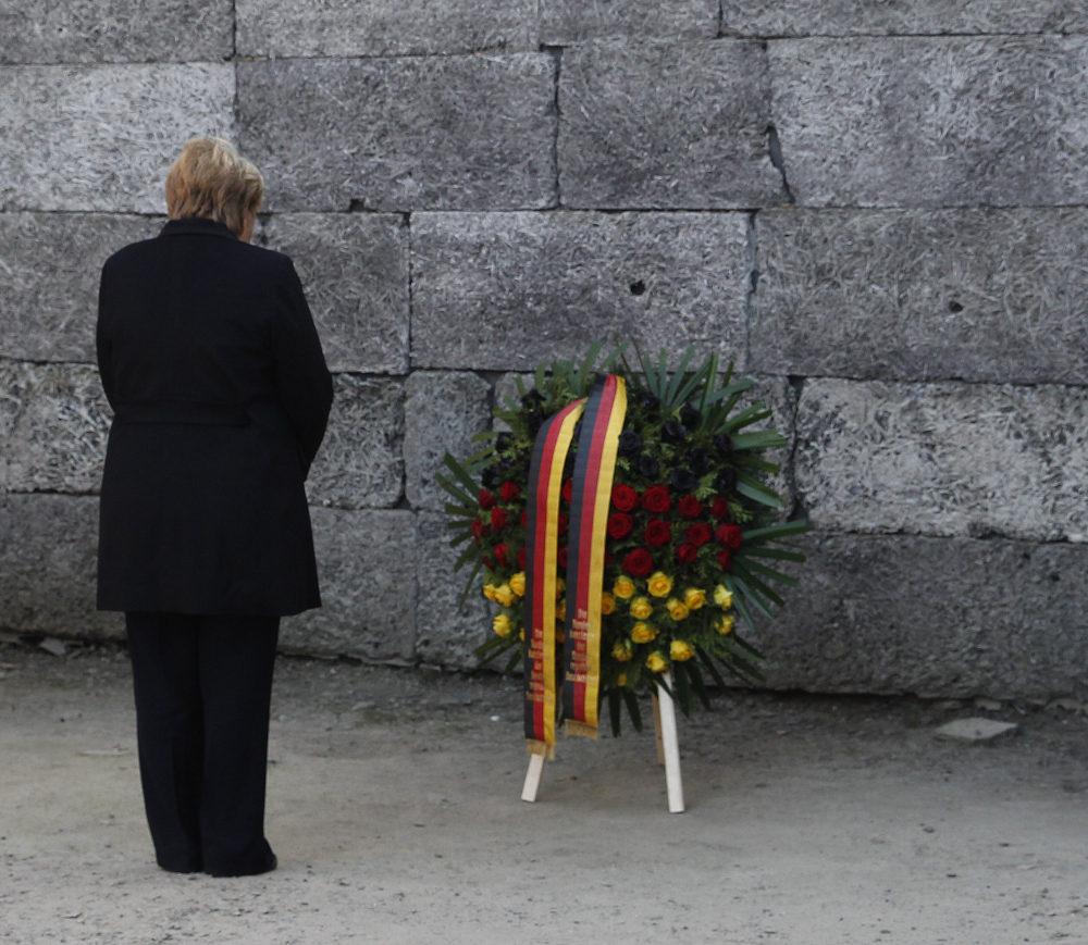 Η Άνγκελα Μέρκελ καταθέτει στεφάνι στον Τοίχο του Θανάτου στο Μπιρκενάου
