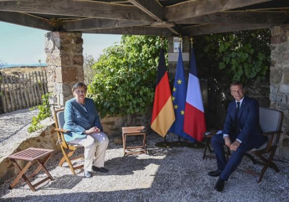 Η Άνγκελα Μέρκελ και ο Εμανουέλ Μακρόν στην γαλλική εξοχική κατοικία στην Κυανή Ακτή
