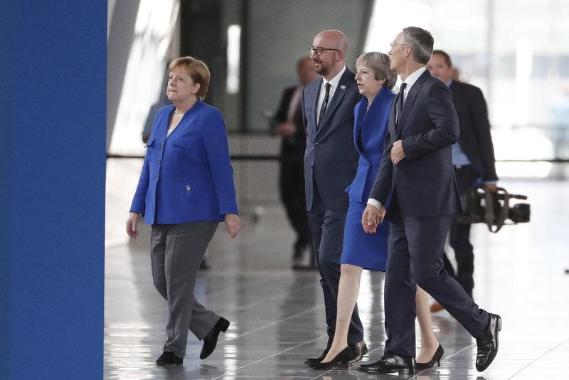 Μέρκελ και Μέι με μπλε σακάκια στη Σύνοδο του ΝΑΤΟ