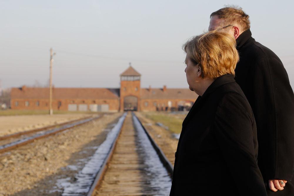 Η Άνγκελα Μέρκελ στις γραμμές του τρένου που οδηγούσε τα θύματα των Ναζί στους θαλάμους αερίων