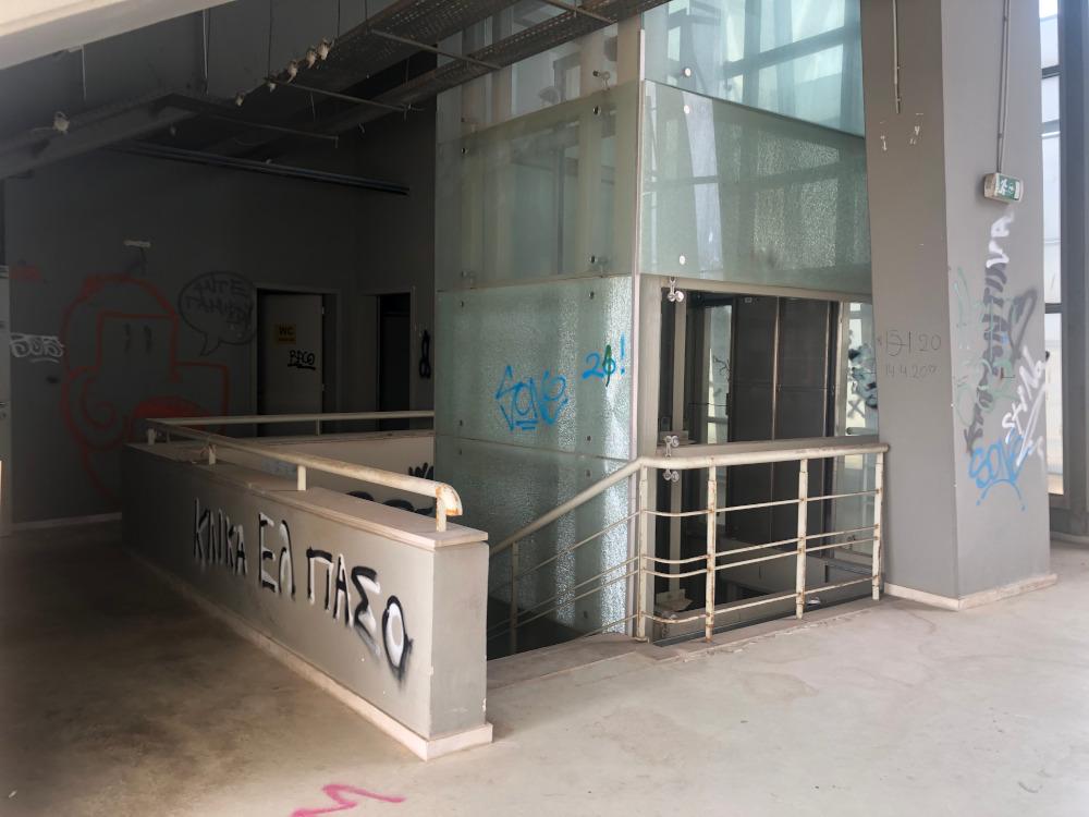 Ο ανελκυστήρας ακατάλληλος πλέον για χρήση και υπό καταστροφή