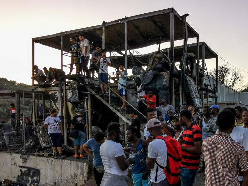 Μετανάστες σε καμένο κοντέινερ στη Μόρια