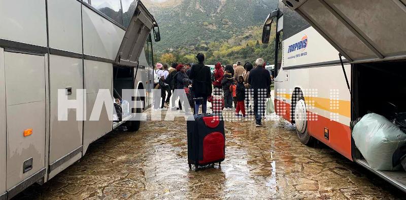 Μετανάστες έξω από το μοναστήρι