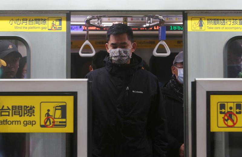Ο κορωνοϊός μπορεί να επιβιώσει επί μέρες σε επιφάνειες που αγγίζουμε συχνά σε κατάμεστους χώρους, όπως οι κουπαστές στις κυλιόμενες σκάλες εμπορικών κέντρων και οι χειρολαβές σε βαγόνια τρένων, συρμούς του μετρό και λεωφορεία, λένε οι ειδικοί.