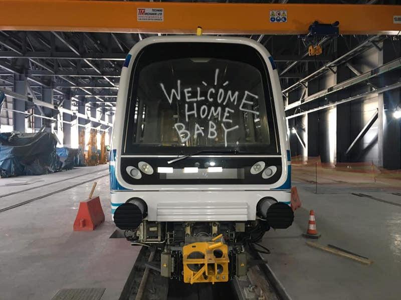 Σύνθημα σε συρμό του μετρό Θεσσαλονίκης
