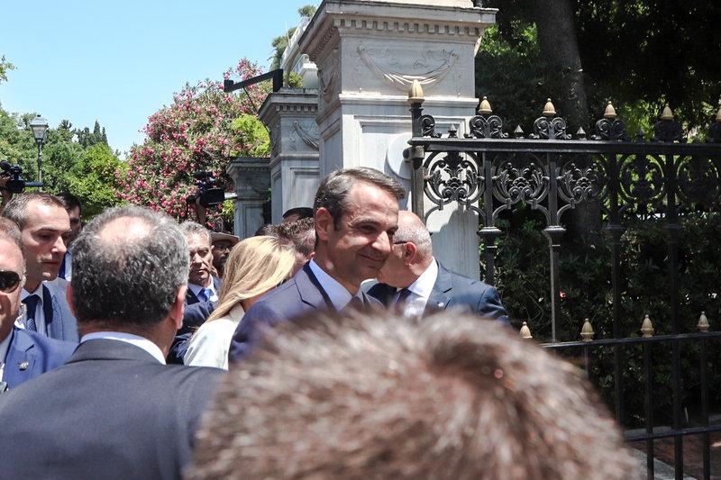 Χαμογελαστός έφτασε στο Προεδρικό Μέγαρο ο νέος πρωθυπουργός της χώρας Κυριάκος Μητσοτάκης