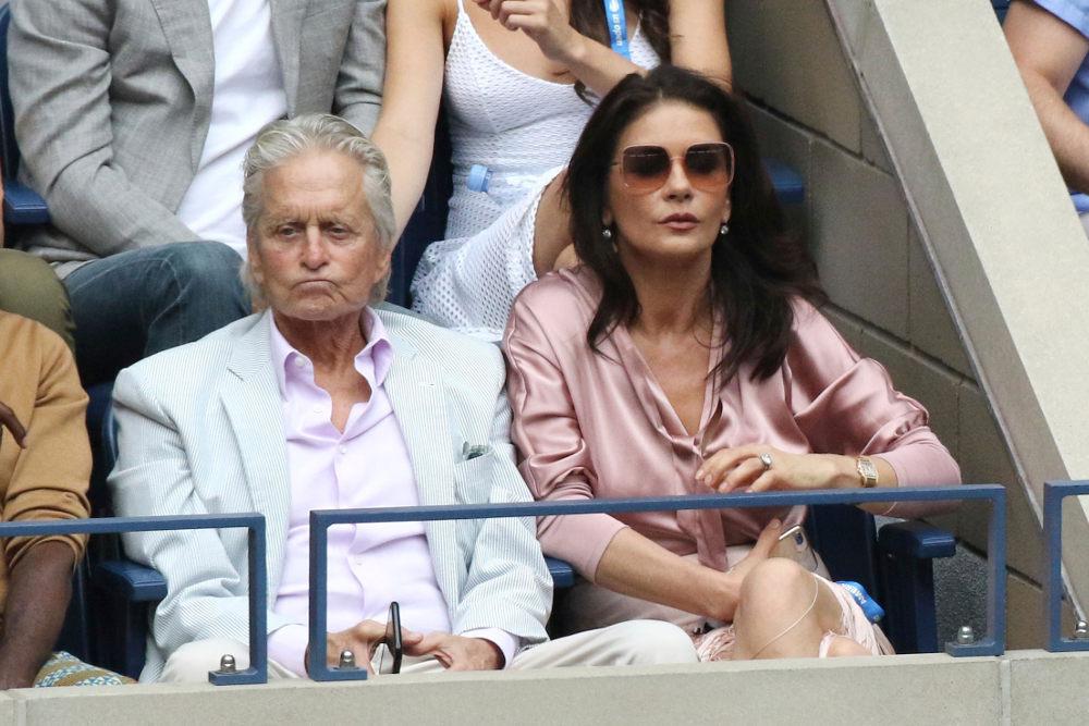 Ο Μάικλ Ντάγκλας και η Κάθριν Ζέτα Τζόουνς σε αγώνα τένις στο US Open φέτος το καλοκαίρι