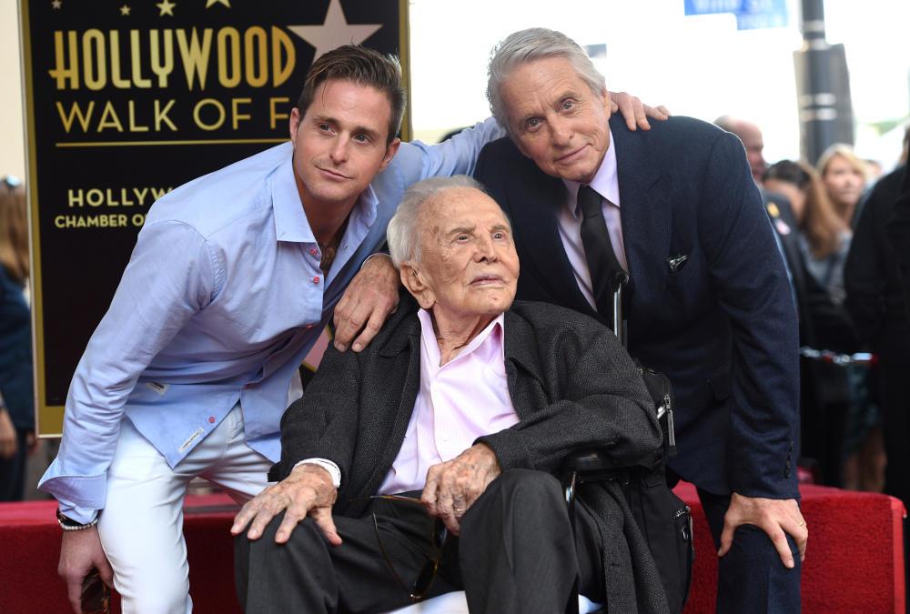 Τρεις γενιές Ντάγκλας, ο Κάμερον (γιος του Μάικλ), ο Μάικλ και ο Κερκ Ντάγκλας