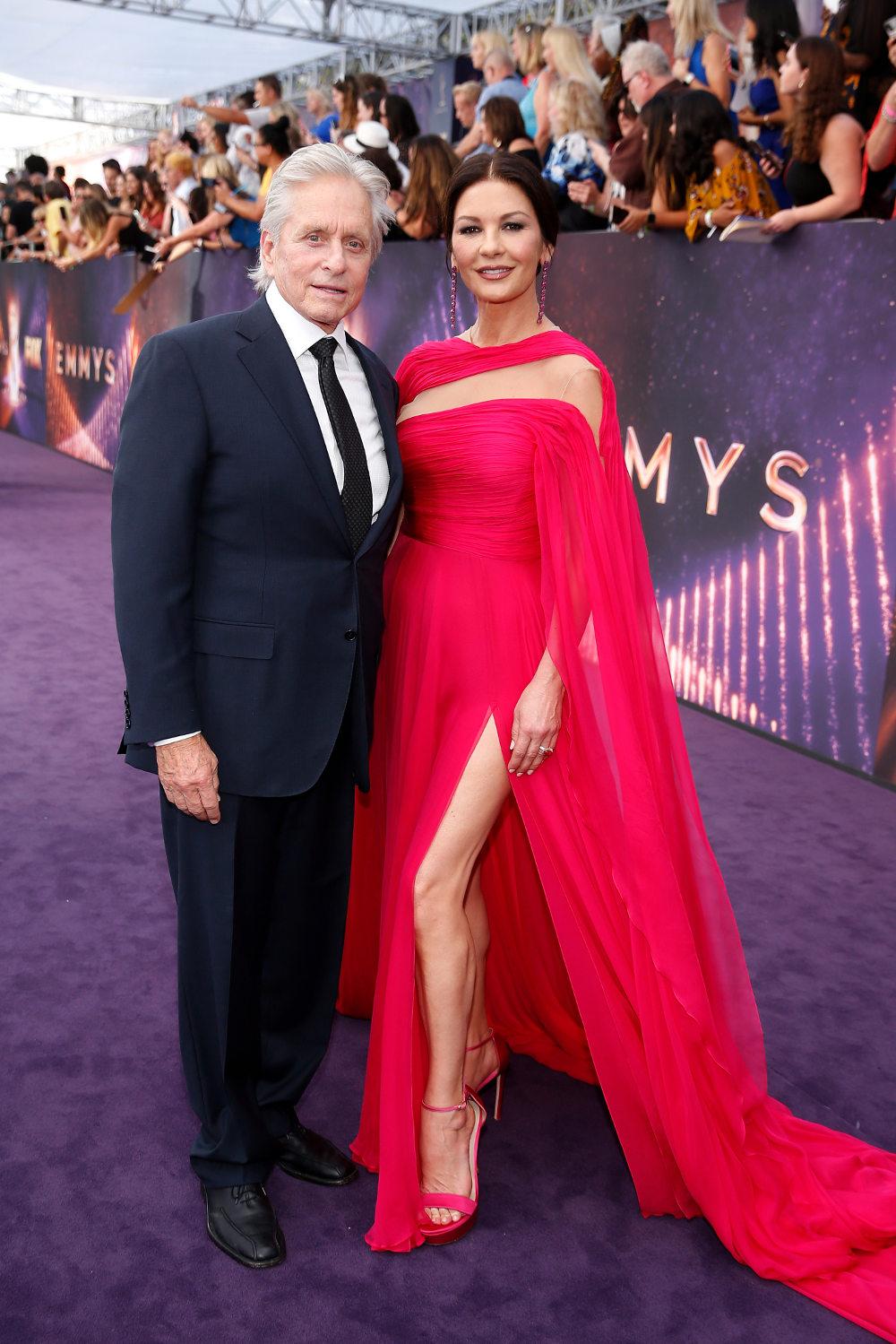 Η εκθαμβωτική Κάθριν Ζέτα Τζόουνς και ο Μάικλ Ντάγκλας στο κόκκινο χαλί των βραβείων Emmy
