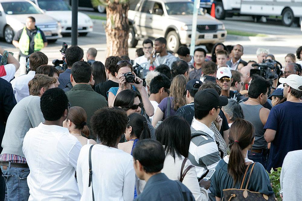 Θαυμαστές συγκεντρώθηκαν έξω από το νοσοκομείο στις 25 Ιουνίου του 2009, όταν έγινε γνωστό πως εκεί νοσηλεύεται ο Μάικλ Τζάκσον